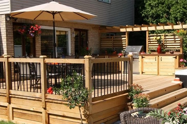 a beautiful back yard deck design for a hot tub